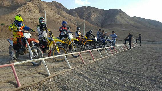 di-42B0 درخشش موتورسوار شهرستان قاین در مسابقات موتورسواری استان