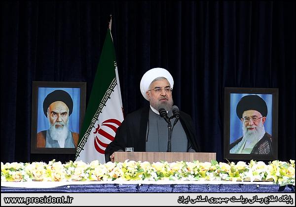 حجتالاسلام و المسلمین روحانی در جمع مردم کرمانشاه افرادی در تحریم، اموال مردم را دزدیدند دولت پول مردم را از حلقوم دزدان بیرون میکشد